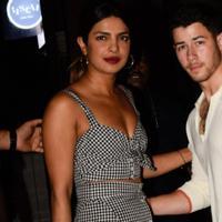 Dikabarkan Nick sangat melindungi sang kekasih dari keramaian yang menyambut mereka. (NDTV)