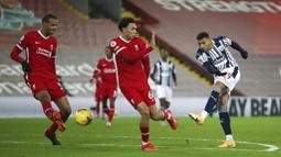 Pemain West Bromwich Albion, Karlan Grant, melepaskan tendangan saat melawan Liverpool pada laga Liga Inggris di Stadion Anfield, Minggu (27/12/2020). Kedua tim bermain imbang 1-1. (Nick Potts/Pool via AP)