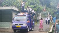 Siswa pedesaan berangkat sekolah dengan naik angkot. (Foto: Liputan6.com/Muhamad Ridlo)