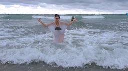 Wulan Guritno kerap membagikan momen liburan di akun Instagram pribadinya. Salah satunya adalah saat ia bermain air di tepi pantai. (Foto: instagram.com/wulanguritno)
