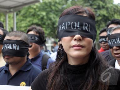 Aksi menolak pencalonan Budi Gunawan sebagai Kapolri di halaman gedung KPK, Jakarta, Kamis (15/1/2015). (Liputan6.com/Miftahul Hayat)