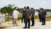 Anggota Pidana Khusus Kejati Riau memeriksa fisik turap Danau Tajwid di Kabupaten Pelalawan yang roboh beberapa waktu lalu. (Liputan6.com/M Syukur)