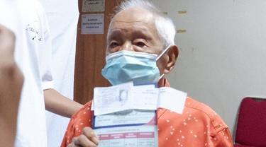 Seorang kakek berusia 104 tahun menerima suntikan vaksin Covid-19 di Rumah Sakit Vania, Bogor pada Selasa, 23 Maret 2021.