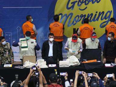 Wakil Ketua KPK, Nawawi Pomolango (ketiga kiri) bersama petugas menunjukkan barang bukti terkait penetapan Menteri Kelautan dan Perikanan, Edhy Prabowo sebagai tersangka kasus dugaan suap calon eksportir benih lobster di Gedung KPK Jakarta, Rabu (25/11/2020). (Liputan6.com/Helmi Fithriansyah)