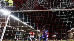 Pemain AS Monaco, Adama Diakhaby (2kiri) mencetak gol ke gawang Nice pada lanjutan Ligue 1 di Louis II Stadium, Monaco, (16/1/2018). AS Monaco bermain imbang 2-2 dengan Nice. (AFP/Valery Hache)