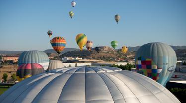 Puluhan balon udara terbang selama Festival Balon Eropa ke-23 di Igualada, Barcelona (11/7/2019). Festival Balon Eropa adalah yang terbesar di negara tersebut dan salah satu yang terbesar di Eropa. (AFP Photo/Josep Lago)