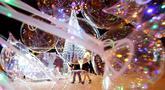 Sebuah pohon tahun baru dipajang di Octyabrskaya Square dan dekorasi untuk menyambut perayaan Natal 2018 dan Tahun Baru 2019 di Minsk, Belarus, Selasa (18/12). (AP Photo/Sergei Grits)