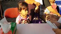 Pengobatan gratis di Kampung Nelayan Kerang Hijau, Muara Angke Ujung, Jakarta Utara menyasar semua usia, termasuk anak-anak. (Foto: Liputan6.com/Fitri Haryanti Harsono)