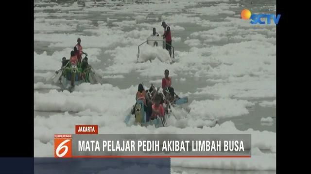 Lomba dayung perahu naga tingkat pelajar SMP dan SMA se-Jakarta Utara, terkendala dengan limbah busa di area pertandingan, di aliran Kanal Banjir Timur Marunda.