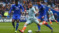 Striker Chelsea, Gonzalo Higuain, berusaha melepaskan tendangan ke gawang Cardiff pada laga Liga Inggris di Stadion Cardiff City, Wales, Sabtu (31//3). Cardiff kalah 1-2 dari Chelsea. (AFP/Geoff Caddick)