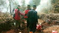 Personel BBKSDA Riau dan Manggala Agni memadamkan kebakaran lahan di SM Giam Siak Kecil, Kabupaten Bengkalis. (Liputan6.com/M Syukur)