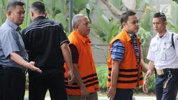 Tersangka perantara suap APBN-P Kabupaten Sumedang TA 2018 Eka Kamaluddin (kanan) dan Kadis PUPR Lampung Selatan Anjar Asmara (tengah) tiba di Gedung KPK, Jakarta, Kamis (9/8). (Merdeka.com/Dwi Narwoko)