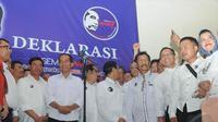 Jokowi datang dengan pakaian andalannya kemeja putih dengan bawahan hitam tiba di Gedung Joang 45, Menteng. Jakarta Pusat, Kamis (8/5/2014) malam, sekitar Pukul 20.30 WIB (Liputan6.com/Herman Zakharia).