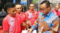 Menpora Imam Nahrawi (kanan) saat memberikan bonus bagi pelatih NPC Indonesia di Solo, Kamis (20/12/2018). (Bola.com/Vincentius Atmaja)