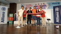 Duta Allianz Asia dan mantan pemain Bayern Munchen, Martin Demichelis, berfoto bersama para penggemarnya di Kantor Kapanlagi Youniverse, Menteng, Jakarta Pusat, Minggu (23/6/2019). (Bola.net/Fitri Apriani)