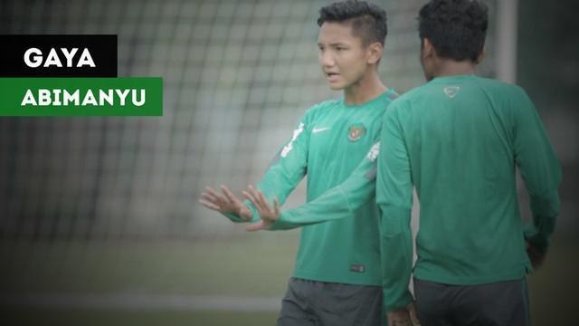 Berita video gaya-gaya gelandang Timnas Indonesia U-19 yang dikenal dengan wajah imut, Syahrian Abimanyu, ketika latihan di Lapangan A Senayan, Jakarta, Selasa (20/2/2018).