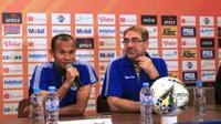 Supardi (kiri) dalam jumpa pers menjelang laga Persib Bandung versus Persipura Jayapura di Graha Persib, Jalan Sulanjana, Kota Bandung, Jumat (17/5/2019). (Bola.com/Erwin Snaz)