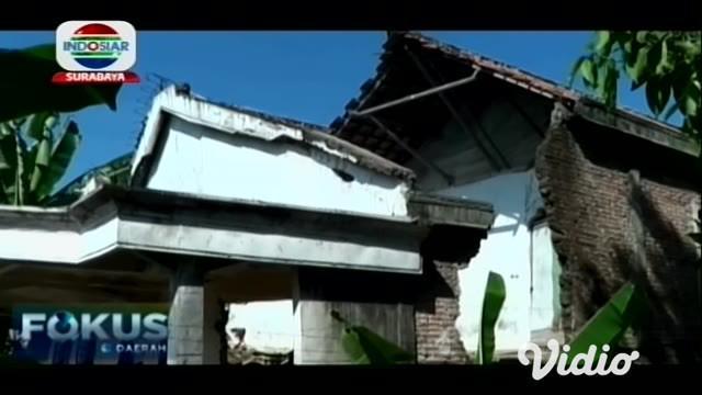 Surutnya sungai Bengawan Solo di Lamongan, Jawa Timur, membuat bantaran sungai mengalami ambles dan longsor. Akibat kejadian tersebut dua rumah warga rusak, dan terbelah menjadi dua.