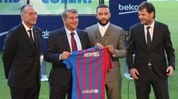 Memphis bergabung dengan Barcelona sebagai free agent setelah kontraknya di Lyon berakhir pada 1 Juli dan secara resmi telah di perkenalkan di Camp Nou pada hari Kamis (22/7/2021) waktu setempat. (Foto: AFP/Lluis Gene)