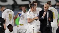 Pelatih Real Madrid, Zinedine Zidane, memberikan arahan kepada Gareth Bale, saat melawan Real Mallorca pada laga La Liga di Stadion Alfredo Di Stefano, Kamis (25/6/2020). Real Madrid menang 2-0 atas Real Mallorca. (AP/Bernat Armangue)