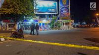 Garis polisi melintang di lokasi ledakan bom di Pos Polisi Pantau, Bundaran Kartasura, Sukoharjo Selasa (4/6/2019). Bom bunuh diri terjadi pada Senin pukul 22.20 WIB yang mengakibatkan pelaku aksi teror kritis dan tujuh polisi selamat. (Liputan6.com/Fajar Abrori)
