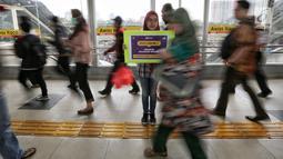 Komunitas pengguna KRL melakukan aksi simpatik cegah pelecehan seksual di Stasiun Tanah Abang, Jakarta, Jumat (9/2). Pada aksi tersebut komunitas juga membagikan pamflet cegah pelecehan seksual. (Liputan6.com/Fery Pradolo)