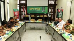 Suasana pertemuan Bendahara umum Partai Kebangkitan Bangsa (PKB), Eko Putro Sanjoyo dan Tim Satgas Politik KPK di DPP PKB, Jakarta, Selasa (12/3). Dalam kunjungannya Satgas KPK berdiskusi soal perbaikan pendanaan partai politik. (Liputan6.com/Johan Tallo)