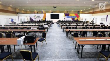 Suasana persiapan Main Press Center (MPC) atau media center bagi jurnalis untuk pelaksanaan Asian Games 2018 terus dibangun di Exhibition Hall JCC, Jakarta, Kamis (9/8). MPC akan beroperasi pada 10 Agustus. (Liputan6.com/Fery Pradolo)