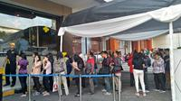 Antrean pengunjung untuk mendapat menu sarapan gratis di McDonald's Sarinah, Thamrin, Jakarta Pusat. (Liputan6.com/Adinda Kurnia Islami)