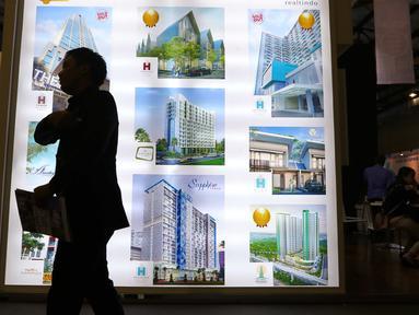 Pengunjung melintas di pameran properti di Jakarta, Kamis (8/9). Bank Indonesia (BI) kembali melakukan pelonggaran kebijakan rasio Loan to Value (LTV) dengan menurunkan Down Payment (DP) KPR rumah pertama menjadi 15%. (Liputan6.com/Angga Yuniar)