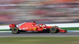 Aksi Sebastian Vettel melaju kencang pada balapan F1 Grand Prix di Hockenheim racing circuit, Jerman, (22/7/2018). Vettel kehilangan kendali saat perubahan cuaca dan menabrak pembatas. (AFP/Christof Stache)