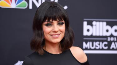 Aktris cantik Mila Kunis menghadiri acara Billboard Music Awards 2018 di MGM Grand Garden Arena, Las Vegas, Minggu (20/5). Tanpa kehadiran sang suami di sisinya, Mila Kunis sukses membuat pangling banyak orang. (Jordan Strauss/Invision/AP)