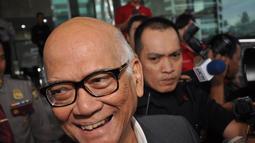 Mantan Menko Perekonomian, Dorodjatun Kuntjoro Jakti memilih bungkam saat dicecar pertanyaan oleh wartawan di KPK, Jakarta, Jumat (12/12/2014). (Liputan6.com/Miftahul Hayat)
