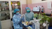 Petugas kesehatan di Puskesmas Dinoyo, Kota Malang, yang hendak bertugas menyuntikan vaksin Covid-19 ke petugas pelayanan publik (Humas Pemkot Malang)