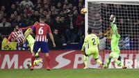 Diego Costa membobol gawang Barcelona. (AFP/Javier Soriano)