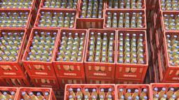 Pekerja memeriksa botol-botol susu kedelai di sebuah pabrik di Nanning, Guangxi, China, Selasa (12/3). Pabrikan asal China menghadapi tekanan penjualan di dalam dan luar negeri. (STR/AFP)