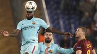 Bek Barcelona, Samuel Umtiti, menyundul bola saat melawan AS Roma pada laga leg kedua perempat final Liga Champions, di Stadion Olimpico, Selasa (10/4/2018). AS Roma menang 3-0 atas Barcelona. (AP/Gregorio Borgia)
