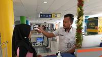 Pihak PT Kereta Api Indonesia (KAI) Divre I Sumatera Utara (Sumut) misalnya. Untuk mencegah penyebaran corona, melakukan sejumlah kegiatan, bertempat di Ruang VIP Stasiun Medan, Jalan Stasiun Kereta.