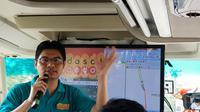 Division Head Network Architecture Indosat Ooredoo Yusuf Setiawan menjelaskan tentang pengujian jaringan di bus menuju Kota Bandar Lampung, Rabu (18/4/2018). Liputan6.com/Agustin Setyo Wardani
