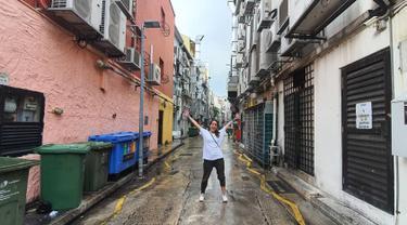 Berlibur bersama sang kekasih di Singapura, Sheila tampak sangat ceria dengan berpose mengembangkan tangannya. Gayanya santai dengan menggunakan baju kaus putih, membuatnya tetap terlihat cantik. (Liputan6.com/IG/@itssheilamj)