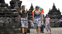 Sejumlah wisatawan mengenakan kain sarung batik saat mengunjungi candi Borobudur di kawasan Taman Wisata Candi Borobudur.(Antara)