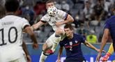 Bermain di kandang lawan, Timnas Prancis mendapat tekananan sejak bola digulirkan. Meski begitu, solidnya lini belakang tim asuhan Didier Deschamps tersebut membuat serangan yang dibangun Jerman selalu kandas. (Foto: AP/Pool/Matthias Hangst)