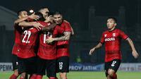 Skuat Madura United berselebrasi setelah menjebol gawang Bhayangkara FC dalam laga pertama Grup A Piala Gubernur Jatim di Stadion Gelora Bangkalan, Bangkalan (10/2/2020). (Bola.com/Aditya Wany)