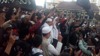 Orator Aliansi Umat Islam Bela Tauhid Ustad Haikal Hassan di tengah-tengah massa di Garut (Liputan6.com/Jayadi Supriadin)a