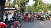 Motor odong-odong melintas di kawasan Tegalan, Jakarta, Rabu (23/10/2019). Dinas Perhubungan DKI Jakarta melarang odong-odong beroperasi di Ibu Kota karena dinilai tidak memenuhi persyaratan keselamatan penumpang untuk beroperasi di jalanan umum. (Liputan6.com/Herman Zakharia)