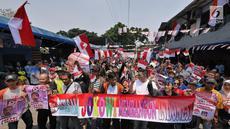 Anggota Disabilitas Indonesia Pospera (Posko Perjuangan Rakyat) Tuna Rungu Indonesia mendeklarasikan dukungan terhadap Jokowi di Jakarta, Minggu (19/8). Mereka mendeklarasikan dukungan kepada pasangan Jokowi dan Ma'ruf Amin. (Liputan6.com/Herman Zakharia)