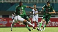Bek PSMS Medan, Alexandros Tanidis, berusaha mengamankan bola saat melawan PS Tira pada laga Liga 1 di Stadion Pakansari, Jawa Barat, Rabu (5/12). PSMS kalah 2-4 dari PS Tira. (Bola.com/Yoppy Renato)