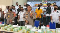 Kabid Humas Polda Metro Jaya, Kombes Yusri Yunus memperlihatkan barang bukti sabu seberat 44 kg. (Liputan6.com/Dicky Agung Prihanto)