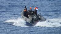 Salah seorang ABK  jatuh ke laut saat perjalanan berlayar dari Rusia menuju Malaysia di perairan ZEEI (7 NM di dalam Landas Kontinen) Laut Natuna Utara sekitar pukul 00.15 WIB. (Foto: Liputan/Ady Anugrahadi)