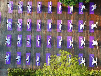 Foto yang diabadikan menggunakan drone pada 30 Agustus 2020 ini menunjukkan orang-orang berlatih yoga di ruang terbuka di Wilayah Jianhe, Provinsi Guizhou, China barat daya. (Xinhua/Yang Wenbin)